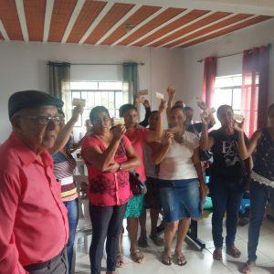 Agricultores e Familiares recebendo cartões relativo ao Programa de Aquisição de Alimentos (PAA)